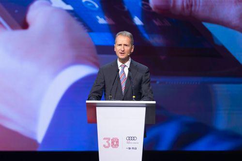 4.大众汽车集团管理董事会主席赫伯特迪斯博士表示,大众集团将继续扩大与一汽合作,共创更辉煌成就
